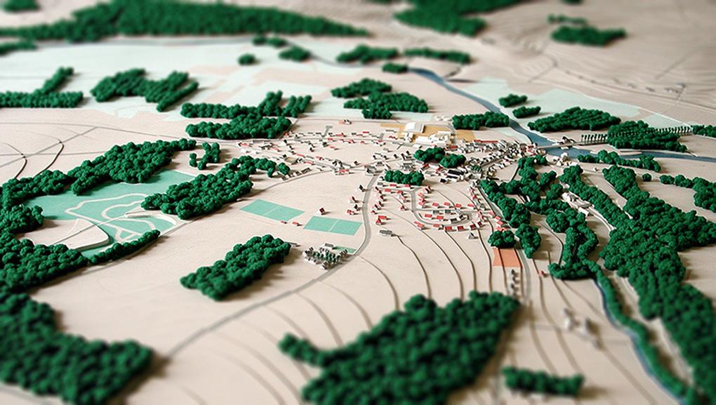 Maquette d'un bourg et ses environs boisés